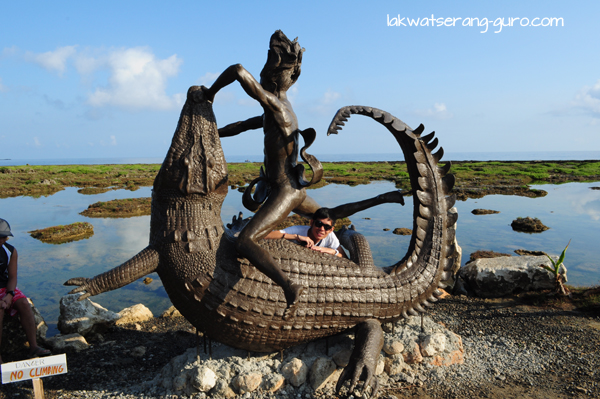 A sculpture of Lam-Ang battling a crocodile.