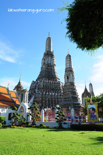 The massive Wat Arun