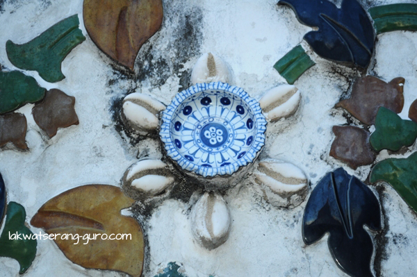 Detain on Wat Arun: porcelain plates and gigantic sigay (cowrie shells)