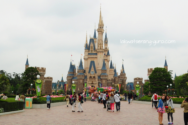 Tokyo Disneyland: ¥ 6200 for a day tour (without rides)