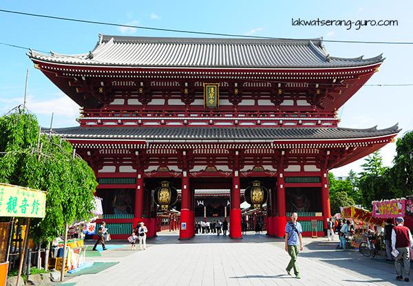 Hōzōmon (Thunder Gate), the entrance to the temple complex